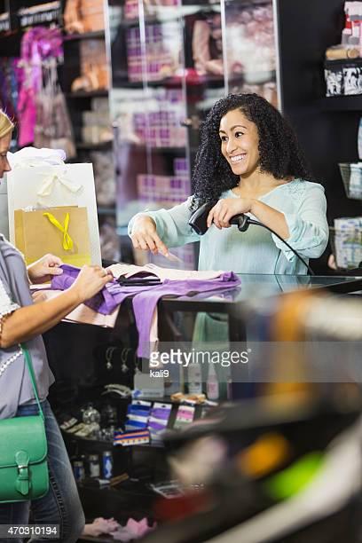 Magasin de vêtements Caissier numérisation Étiquette de prix au moment du départ