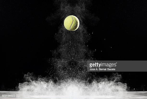 Cloud of the impact of a ball of tennis on a surface with powder