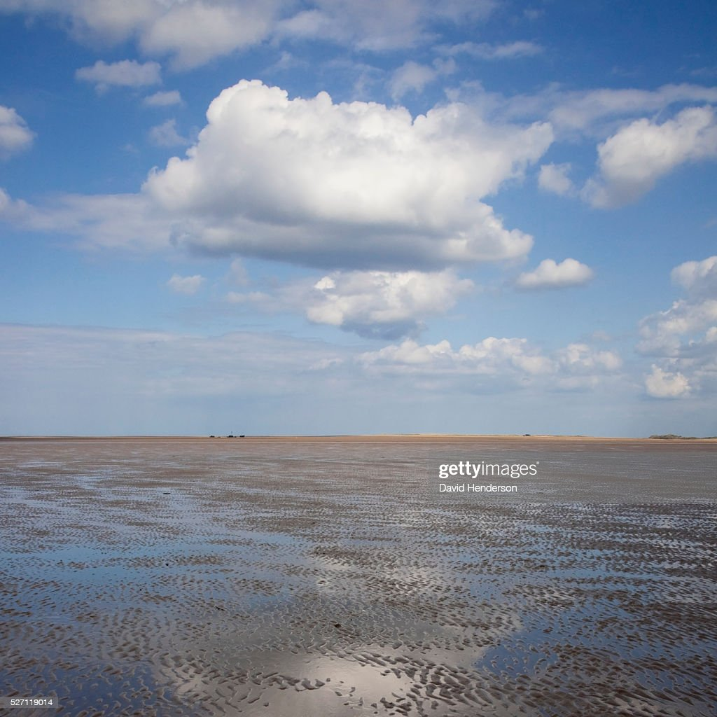 Cloud reflecting in shallow water : Stockfoto