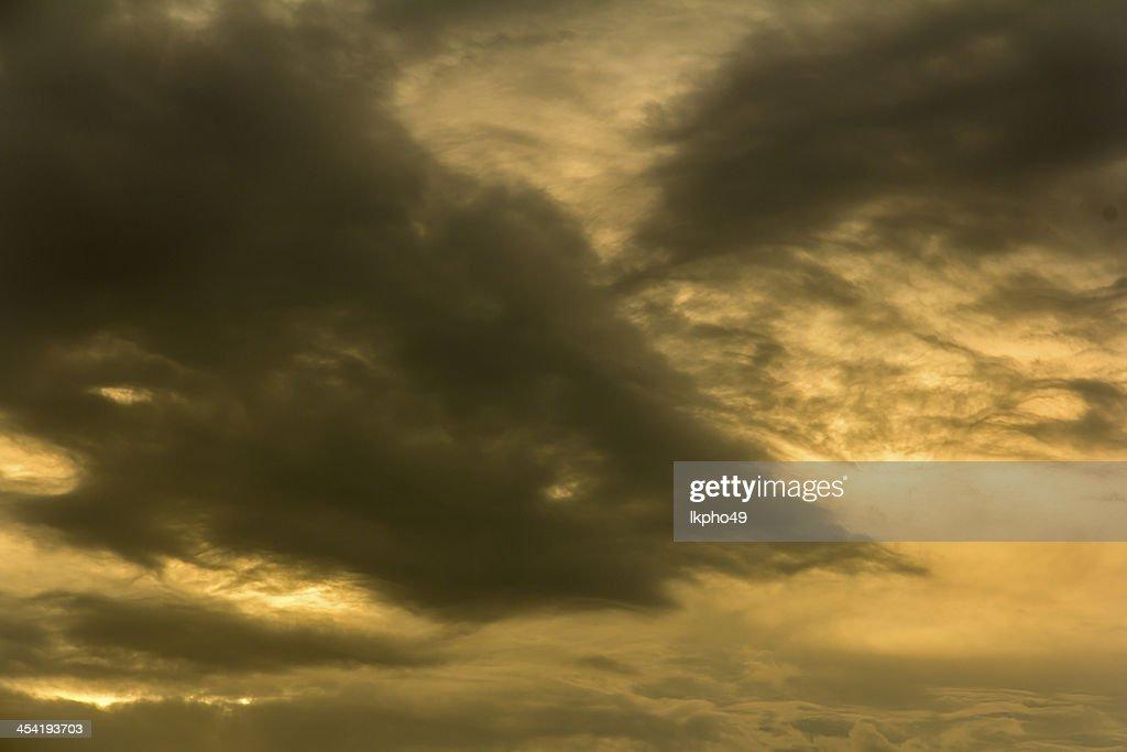 Nuvens durante o pôr do sol : Foto de stock