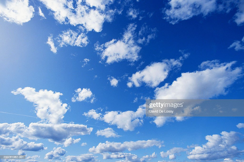 Clouds, low angle view : ストックフォト