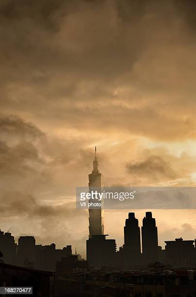 Bewölkt Stadt silhouette