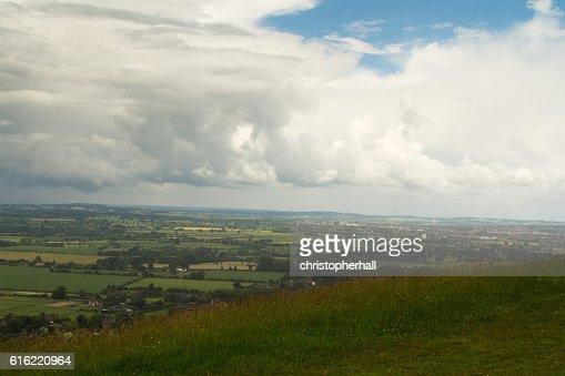 Nuvoloso vista oltre le campagne di Chilterns nel Buckinghamshire : Foto stock