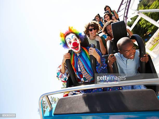 clown und Menschen auf einer Achterbahn