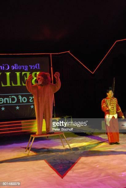 Clown Mitglied beim Clowntrio 'Avantes' Show 'Circus Belly' 'Stars of Cinema' Bremen Deutschland Europa Auftritt Manege Circuszelt Zelt Kostüm Promi...