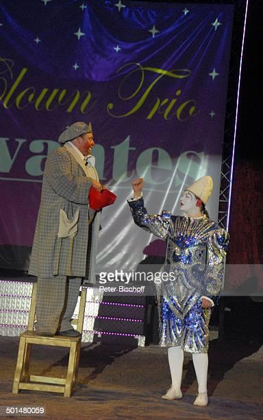 Clown Mitglieder beim Clowntrio 'Avantes' Show 'Circus Belly' 'Stars of Cinema' Bremen Deutschland Europa Auftritt Manege Circuszelt Zelt Kostüm...