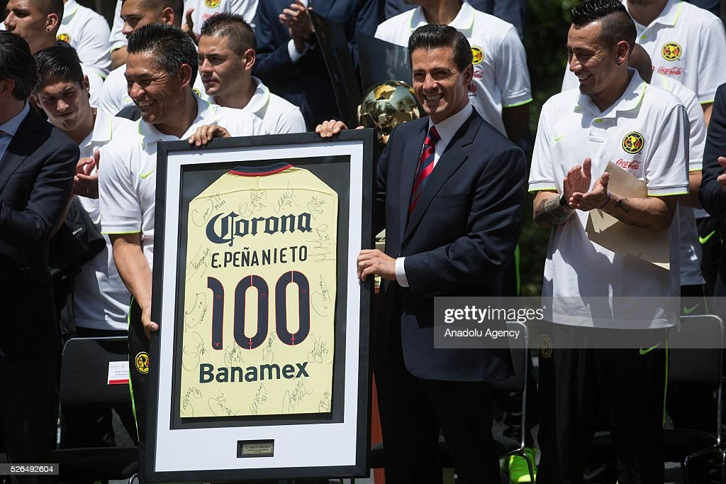 Club America 's coach, Ignacio Ambriz (L) President of Mexico, Enrique Pena Nieto (C) and captain Rubens Sambueza are seen during a visit of Club America to the Los Pinos Presidential Palace, after wining the CONCACAF Champions League Final in Mexico City, Mexico on April 29, 2016.