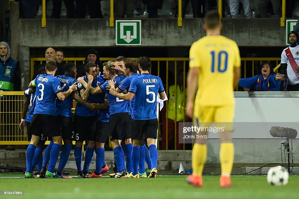 Club Brugge's players celebrate after forward Jelle Vossen openedthe scoring during the UEFA Champions League groug G football match Club Brugge vs FC Porto on October 18, 2016 at the Jan-Breydel stadium in Bruges. / AFP / JOHN