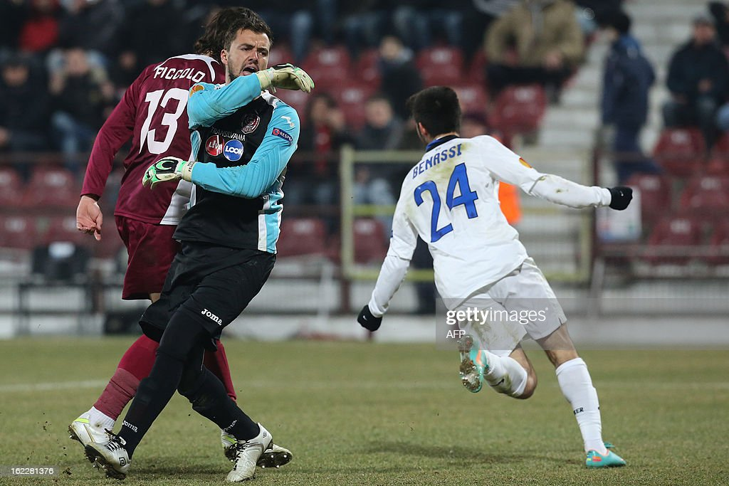 Cluj's Portuguese goalkeeper Mario Felgueiras (L) reacts as Inter Milan's midfielder Marco Benassi (R) celebrates after scoring during the UEFA Europa League Round of 32 football match CFR 1907 Cluj vs Inter Milan in Cluj, northern Romania on February 21, 2013.
