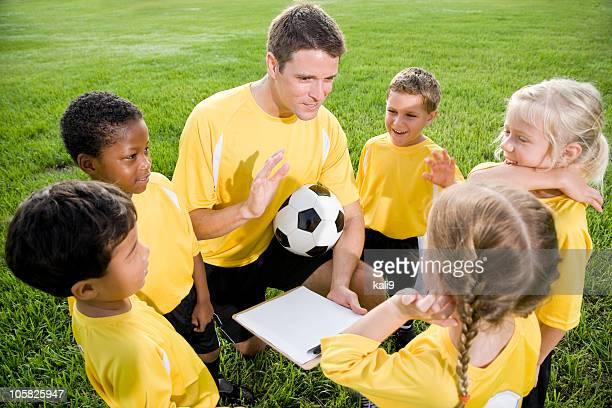 コーチとお子様がサッカー場