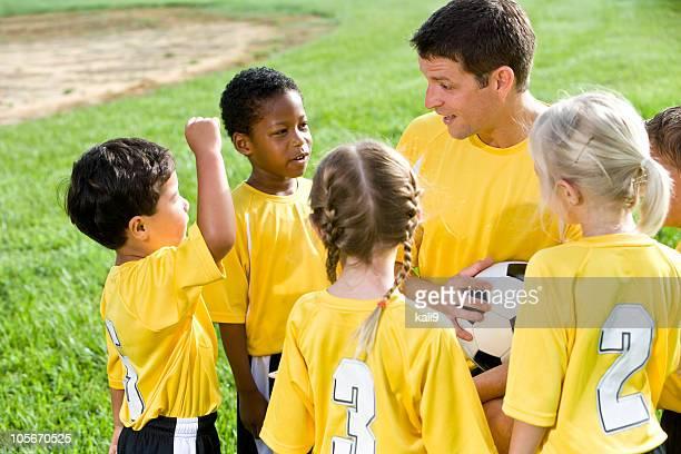 コーチ指導多様な若いチームのサッカー選手