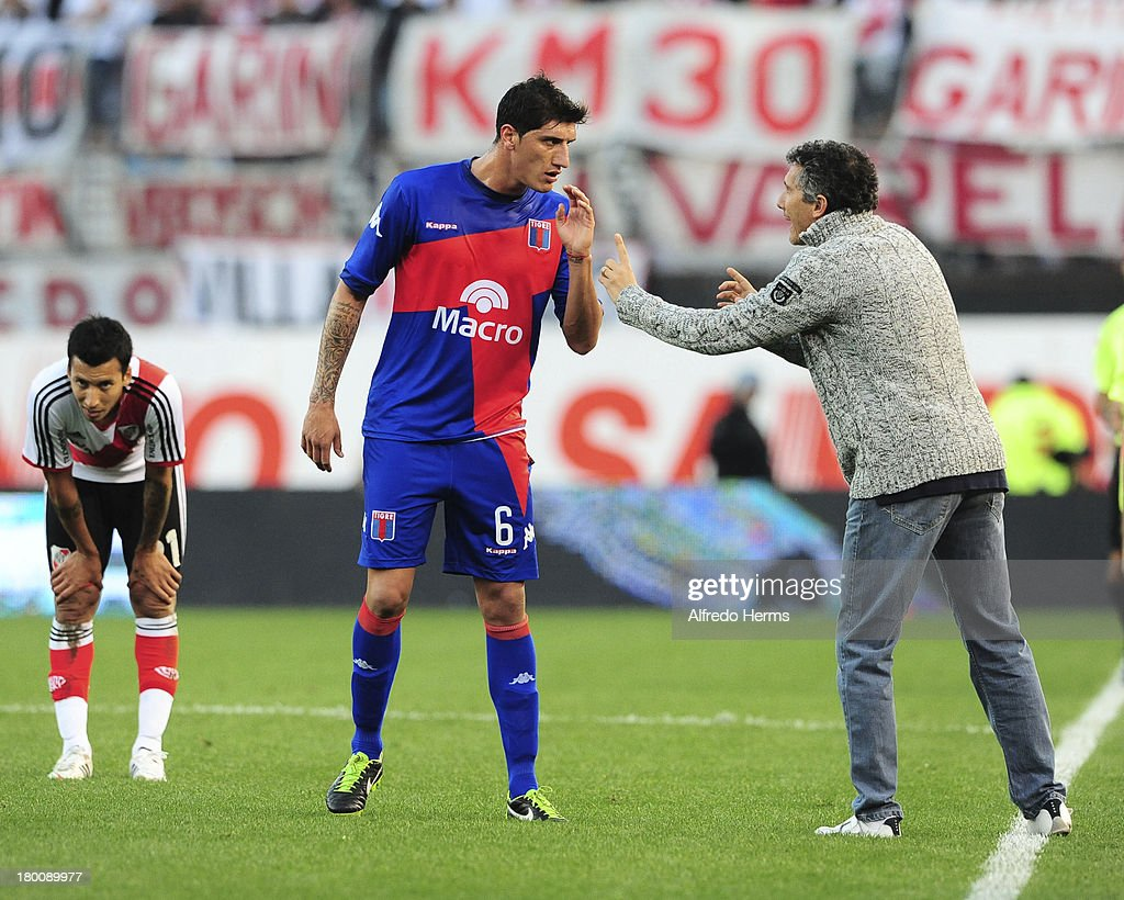 Coach Diego Cagna of Tigre talks to Gabriel Peñalba during a match between River Plate and Tigre as part of the 6th round of the Torneo Inicial 2013...