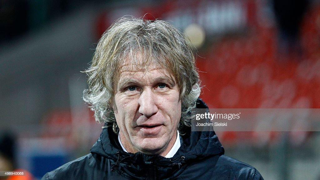 Coach Gertjan Verbeek of Bochum during the Second Bundesliga match between Eintracht Braunschweig and VfL Bochum at Eintracht Stadion on November 27...