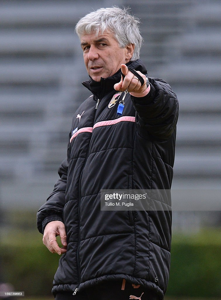 Coach <a gi-track='captionPersonalityLinkClicked' href=/galleries/search?phrase=Gian+Piero+Gasperini&family=editorial&specificpeople=4667555 ng-click='$event.stopPropagation()'>Gian Piero Gasperini</a> of Palermo issues instructions during a training session at Tenente Carmelo Onorato Sports Center on January 10, 2013 in Palermo, Italy.