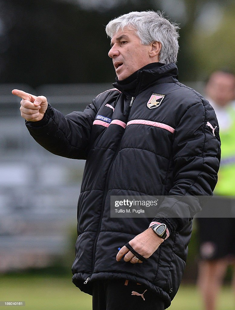 Coach Gian Piero Gasperini of Palermo issues instructions during a training session at Tenente Carmelo Onorato Sports Center on January 10, 2013 in Palermo, Italy.