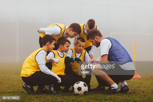 コーチギブ指示書を、子供サッカーチームのようです。 : ストックフォト