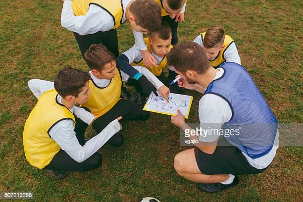 Trainer geben Kurse zu seinen Kindern Fußball Team