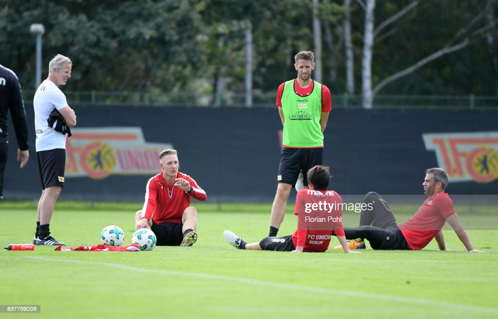 coach Jens Keller, Sebastian Polter, Michael Gspurning, Atsuto Uchida and Marc Torrejon of 1 FC Union Berlin chat during the Trainnigs on august 23, 2017 in Berlin, Germany.
