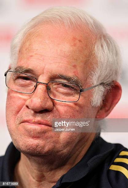 Coach Luis Aragones of Spain smiles during a press conference after a light training session the day after his quarterfinal match at the Kampl...