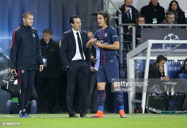 Coach of PSG Unai Emery talks to Edinson Cavani of PSG during the UEFA Champions League match between Paris Saint Germain and FC Basel at Parc des...
