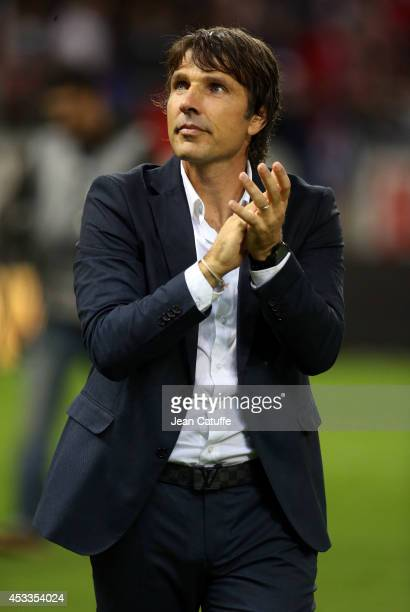 Coach of Stade de Reims JeanLuc Vasseur thanks the supporters after the French Ligue 1 match between Stade de Reims and Paris Saint Germain FC at the...