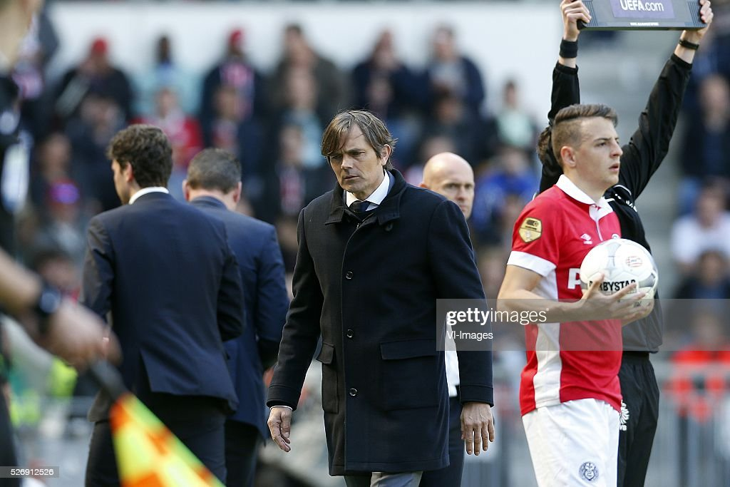 Coach Phillip Cocu of PSV (C) during the Dutch Eredivisie match between PSV Eindhoven and SC Cambuur Leeuwarden at the Phillips stadium on May 01, 2016 in Eindhoven, The Netherlands