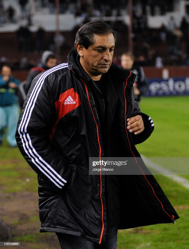 Coach <a gi-track='captionPersonalityLinkClicked' href=/galleries/search?phrase=Ramon+Diaz&family=editorial&specificpeople=2607555 ng-click='$event.stopPropagation()'>Ramon Diaz</a> of River Plate leaves the field after loose a match as part of the 18th round of the Torneo Final 2013 at Ciudad de Lanus stadium on June 16, 2013 in Lanus, Argentina.