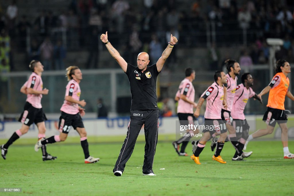 Coach <a gi-track='captionPersonalityLinkClicked' href=/galleries/search?phrase=Walter+Zenga&family=editorial&specificpeople=891748 ng-click='$event.stopPropagation()'>Walter Zenga</a> and players of Palermo celebrate the victory after the Serie A match played between US Citta di Palermo and Juventus FC at Stadio Renzo Barbera on October 4, 2009 in Palermo, Italy.
