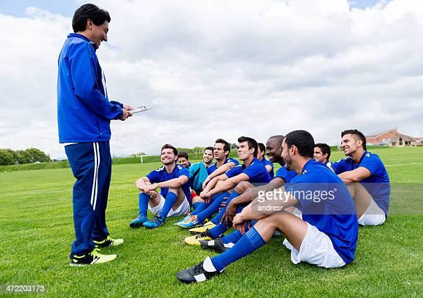 Treinador com uma equipa de futebol