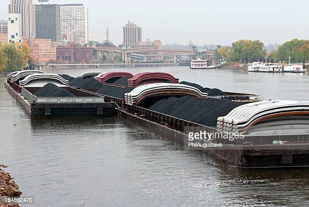 Coal bateaux amarrés au Quai sur la rivière