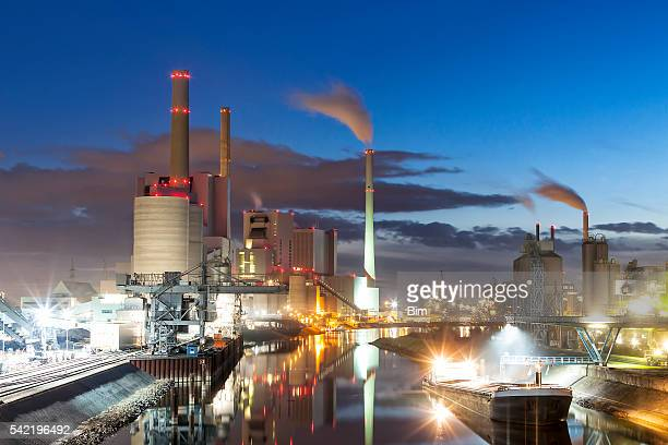 Kohle befeuerte Kraftwerk bei Dämmerung, Deutschland