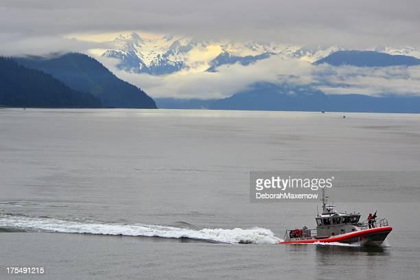 USA.  Coast Guard Boot Schütze auf der Vorderseite in Alaska Wasser