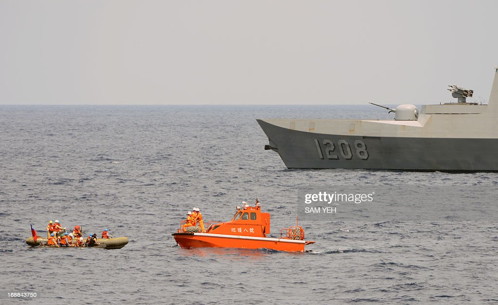 Coastguards maneuvre dinghy boats (L) near a Taiwanese Navy Lafayette frigate during a drill held in the Bashi Channel on May 16, 2013. Taiwan on May 16 staged a military exercise in waters near the northern Philippines in response to the killing of a Taiwanese fisherman, after rejecting repeated apologies for the death. AFP PHOTO / Sam Yeh