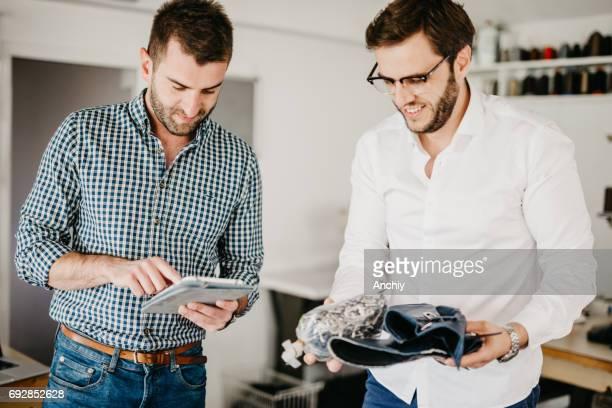 ワーク ショップでコブラーはデジタル タブレットを使用しています。