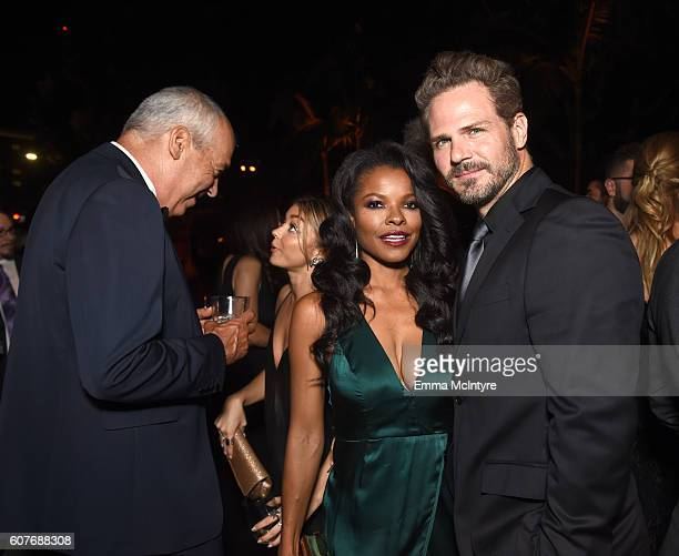 CoChairman and CEO Fox Television Group Gary Newman actress Sarah Hyland actress Keesha Sharp and Bradford Sharp attend the FOX Broadcasting Company...