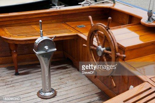 Cabina di pilotaggio e il timone di un classico da barca for Cabina di legno