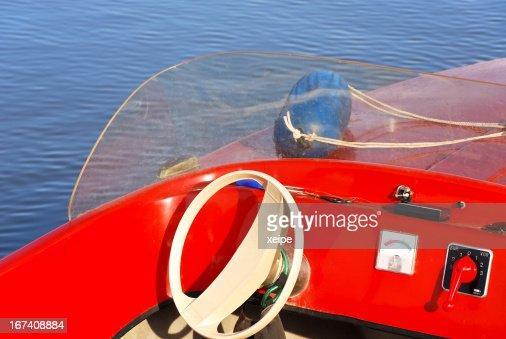 コックピットとステアリングホイールのモーターボートでは、湖 : ストックフォト