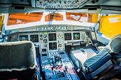 Cockpit da Aeronave de fuselagem larga (com dois corredores) com display dos sistemas de navegação ligados.