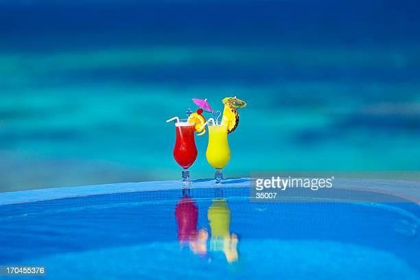 Des cocktails au bord de la piscine