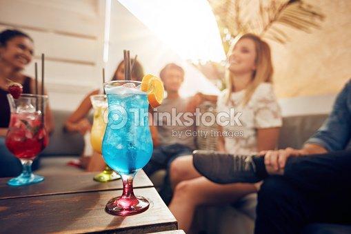 Cocktail sul tavolo con i giovani a divertirti sul tetto foto stock thinkstock - Video sesso sul tavolo ...