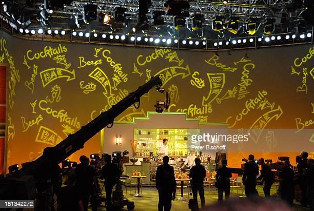 CocktailWette KameraMänner ZDFShow 'Wetten dass' Bremen Deutschland PNr 1847/2006 'AWDDome' Bühne Dekoration Bar
