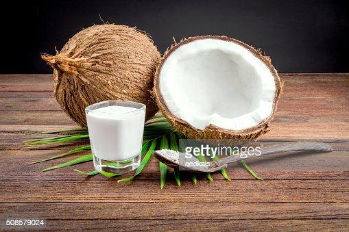 Cocco e latte di cocco in vetro : Foto stock
