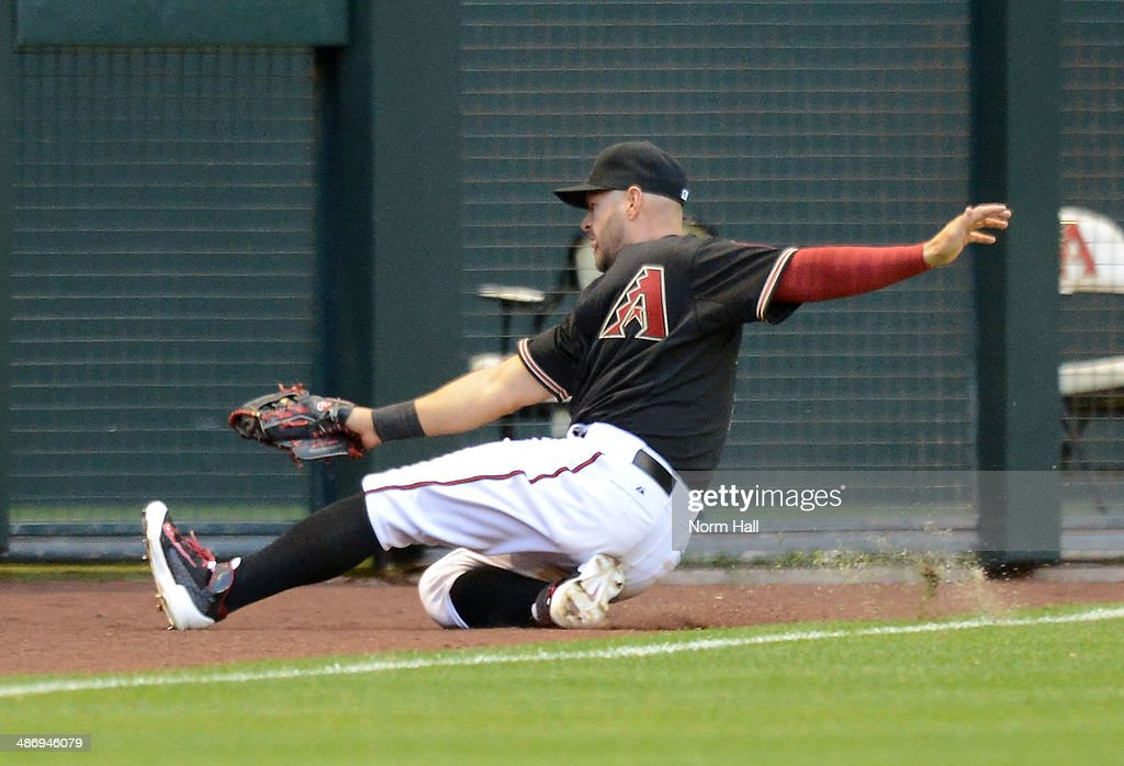 <a gi-track='captionPersonalityLinkClicked' href=/galleries/search?phrase=Cody+Ross&family=editorial&specificpeople=545810 ng-click='$event.stopPropagation()'>Cody Ross</a> #7 of the Arizona Diamondbacks makes a sliding catch in the fifth inning against the Philadelphia Phillies at Chase Field on April 26, 2014 in Phoenix, Arizona.