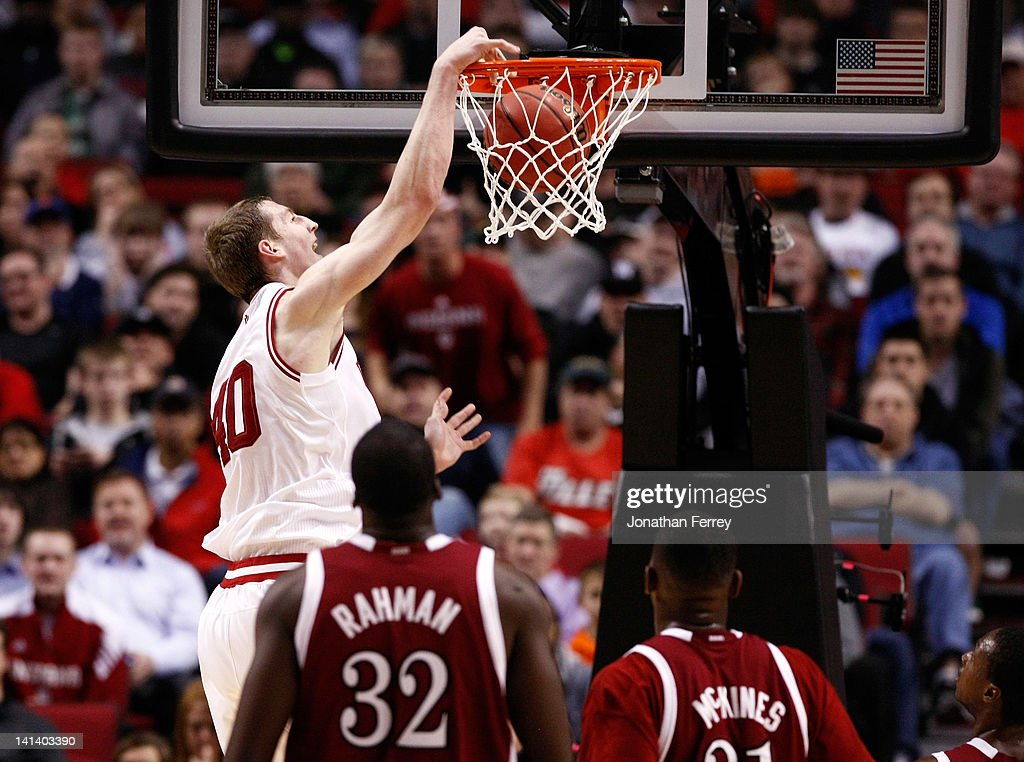 Cody Zeller #40 of the Indiana Hoosiers dunks the ball in the first half against the New Mexico State Aggies in the second round of the 2012 NCAA men's basketball tournament at Rose Garden Arena on March 15, 2012 in Portland, Oregon.
