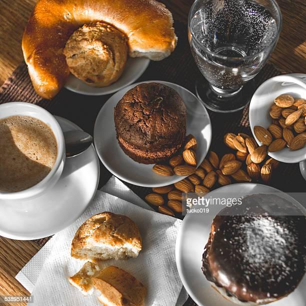 Café et un petit déjeuner avec des friandises