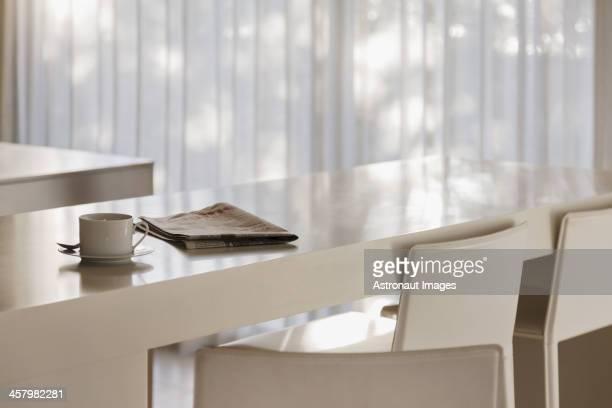 Café y periódico de cortesía, barra de desayuno en la moderna cocina