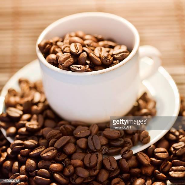 Haricots et tasse à café avec lumière chaude