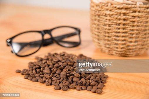 Grãos de café e óculos : Foto de stock