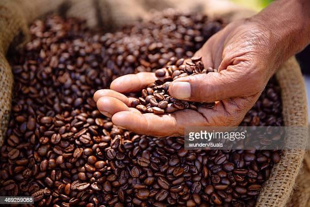 Grains de café fraîchement torréfié, aromatique et équilibré