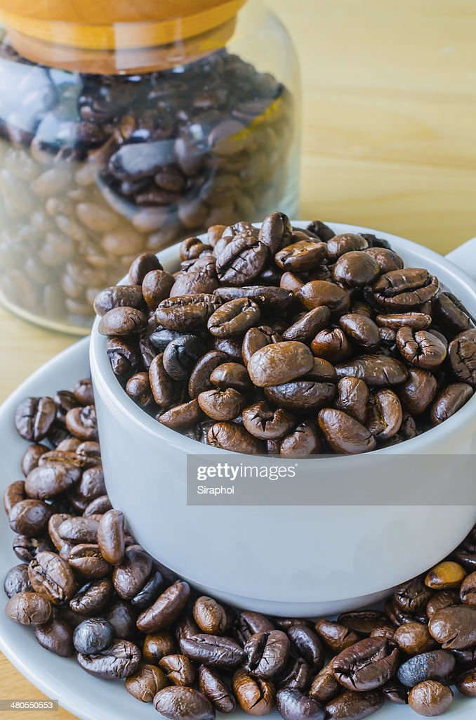 Grãos de café na taça : Foto de stock